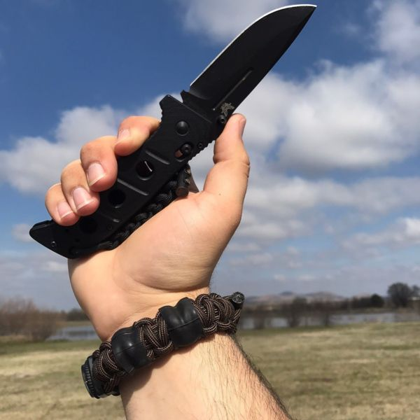 Benchmade - Survival bracelet with my fav Benchmade! Down in Oklahoma for a couple days lovin' the sun! Swipe to see more! Bracelet packs: •10 ft Titan Paracord (has...