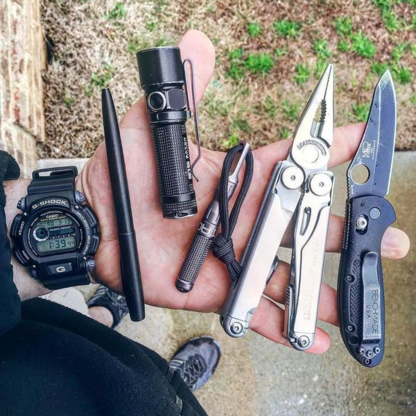 Benchmade - #Repost joe_survival ・・・ The work carry, my minigrip has pretty much become a beater, but that is what it's made for 👊🏻❗ #pocketdump #everydaycarry...